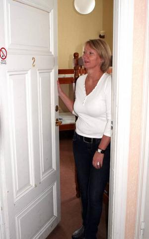 Annette Landberg tar rum 2 i besittning inför starten av vandrarhemmet.