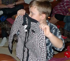Vi firade lilla julafton i lördags och Melker visar upp en ny skjorta som låg i ett av paketen.