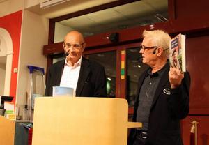 Ulf Adelsohn samtalar och skämtar med bokhandlaren Lennart Bergström på Akademibokhandeln Vängåvan.