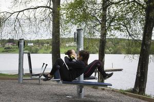 Arleena Paanalathi och Klara Strindlund har promenerat upp till Sidsjön och tränar på utegymmet innan de ska köra intervaller i backen.