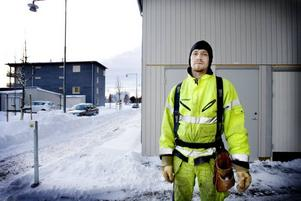 """ensam kvar. Tobias Wiklund är ensam Skanskajobbare kvar vid Gävle Strand. Han är uppsagd 3 mars och tror inte att det blir något fortsatt bygge för Skanska på Alderholmen. """"Det ser                                            riktigt mörkt och tungt ut nu."""""""
