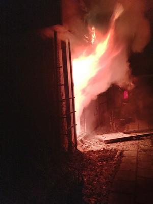 Carl Löfberg, granne till det planerade flyktingboendet, kände röklukt innan han upptäckte att det brann i villan.
