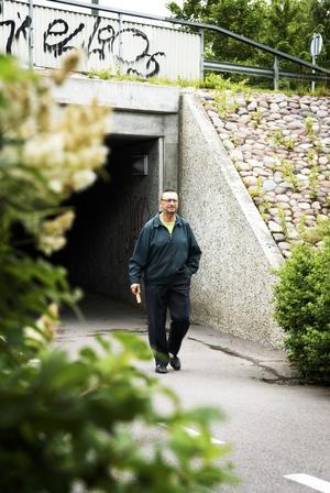 Igenväxt. Stora buskar växer allt längre ut på gång- och cykelbanorna i kommunen. Birger Eriksson tycker att det är sanslöst att kommunen kan plantera buskar och träd så pass nära vägtunnlar. Foto:Stina Rapp