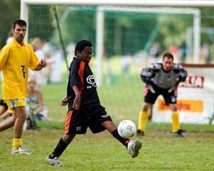 Bollkoll. Det gäller att ha bra teknik för att kunna göra bra ifrån sig på en fotbollsplan. Det visar en Borlänge Unitedspelare här.