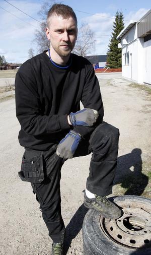 Hans Haglund, 29 i Färila:– Man måste anpassa skorna till jobbet. Som i mitt fall med stålhätta. Annars blir det Adidas fritidssko.