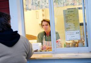 """Åsa Edberg berättar att en tunnbrödsklämma med kalvsylta och rödbetor är traditionell bingomat. """"Vi brukar kalla den typen av macka för en pensionär"""", säger hon."""