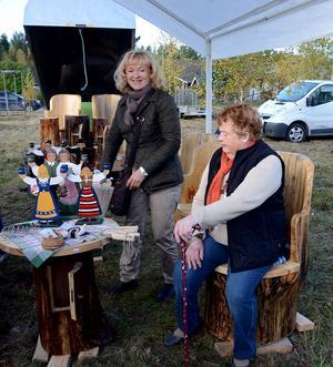 AnnaLena Jahncke från Borlänge tycker att 84-åriga Sigrid Jansson från Gagnef behöver vila benen efter alla turen bland knallarna.