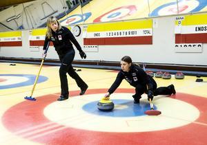 Maria Wennerström släpper stenen under överinseende av Maria Prytz. I spelordningen inom laget är Wennerström tvåa, vilket betyder att hon tar vid efter Sigfridsson, som alltid inleder, medan Prytz avslutar.