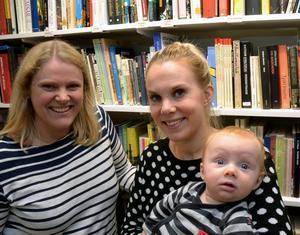 Anna Estéen och Therese Horn, samt sonen Olle är glada efter beskedet om skolornas fredspris.