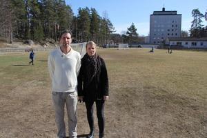Åsa Larsson och hennes kollega Micke Nordling trivs med sitt arbete på fritids vid Stentägtsskolan. Men det är många barn på varje fritidsledare.