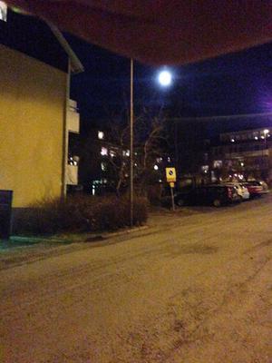 Strax under månen syns röken efter en rymdsten.