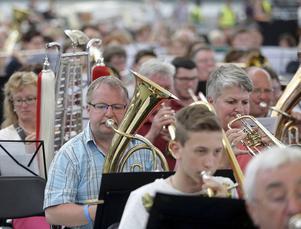 Under lördagen samlades över 7|500 musiker på arenan Commerzbank-Arena i Frankfurt för att slå rekordet som världens största orkester, vilket lyckades.