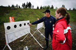 15-åriga Sara Laxvik från Österund var en av dem om passade på att testa orienteringskidskytte härom kvällen. Här kollar hon in träffbilden tillsammans med Peter Tengbrand, förbundssekreterare i Mångkampsförbundet. Foto: Anneli Åsén