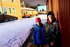 Tea Strömqvist och Adde Norum visar runt på Hansåkerskolans gård. Helst av allt vill de att kommunen investerar i en rejäl klätterställning på skolgården.