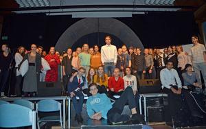 Här är hela musikalgänget! Samtliga 53 elever i årskurs åtta i Söderbaumska skolan är delaktiga i årets musikal