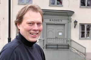 Abbe Ronsten utanför rådhuset i Säter. Han har varit kommunalråd i Säter sedan valet 2006.