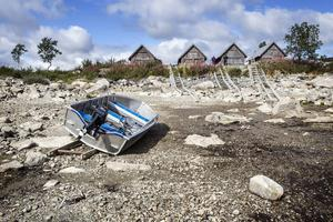 I Stora Stensjön bor ett 40-tal personer under barmarksperioden. De har stora problem att få upp sina båtar ur sjön vid lågvatten.