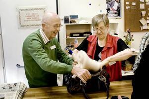 Marie Hägglund, föreståndare och den enda anställda på Biståndscenter, hjälper tillsammans med Einar Persson, till att packa ner det kunderna köpt. 82-åriga Einar är en av 22 som arbetar ideellt i Pingstkyrkans begagnatbutik.