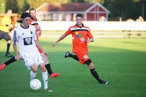 Daniel Griffiths sköt 2–0-målet för Ytterhogdal när man besegrade Frösön. Här jagar han ÖFK:s Stefan Ilic i tisdagens DM-final.