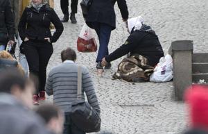 Bakom varje människa i ett gatuhörn eller utanför en butik i Norrtälje finns en mänsklig tragedi och ett politiskt misslyckade. Ett tiggeriförbud skulle fördjupa lidandet och den tragiska vardagen för dessa människor, skriver fem företrädare för Centerpartiet. Foto: Fredrik Sandberg, TT.
