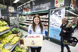 Elina Brynk från Gävle började som butiksbiträde på mataffären Helgö Meny. Efter några månader blev hon befordrad till chef för frukt- och gröntavdelningen.