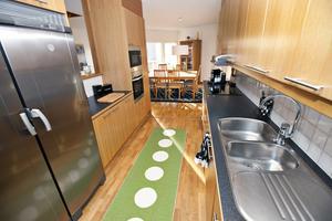 Köket får färg med en mjukt grön matta.