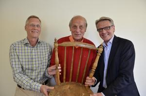 Bok om Fjugestamöbler. Rolf Jansson (i mitten) har fått uppdraget att skriva boken om Klaessons möbler av Michael Funck och Christer Bengtsson från Lekebergs sparbank. Stolen är den första som tillverkats av möbelföretagets grundare Aron Klaesson.