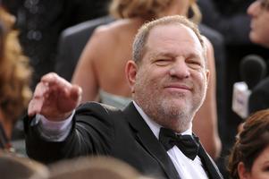 Hollywoodproducenten Harvey Weinstein anklagas för att ha begått flera övergrepp på kvinnor.