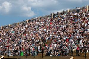 Läktarna på Tierp Arena rymmer 20000 åskådare. De var nästan fullsatta.