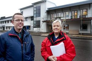 """FLYTTAR SNART IN. Nils Olsson, vårdenhetschef, och Lisbeth Jedvik, distriktssköterska, är glada över att snart få flytta in i nybyggda Valbo hälsocentral. """"Det blir ett riktigt lyft, både för patienterna och för vår arbetsmiljö"""", säger Nils Olsson."""