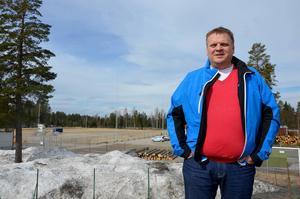 Lars Edström, ordförande i IFK Timrå, ser fram emot den nya konstgräsplanen som ska stå klar under sommaren.