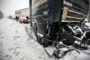 15 januari 2013. Halka och snökaos på E 18. Tre lastbilar är inblandade i en kökrock och Niklas Hårstads bil är nära att bli rammad. Foto: Tony Persson