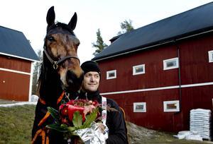 Nahar, här tillsammans med tränaren Robert Bergh, är en av hästarna som förgyller Jämtlands Stora Pris.
