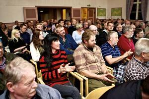 Det var nästan fullsatt i Toftbyn bystuga i går kväll. Runt 120 kom för att diskutera rovdjurspolitik. Varg väcker ofta starka känslor, men det blev en sansad debatt.