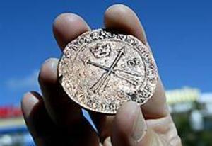 Foto:LEIFJÄDERBERGKristinamynt. Ett kopparmynt från 1600-talet har hittats i resterna av en avfallshög under Stortorget i Gävle.