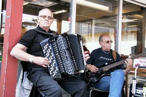 Musikanterna Bror Fagerhov och Arne Harrysson spelade dragspel och bas till maten, bland annat tonade Hälsa dom där hemma ut. De unnade sig också att äta tre surströmmingar var.
