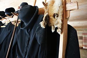 Det här är finkläderna – och rävboan – som faster Anna använde när hon under några år jobbade i ett så kallat finare hem på Strandvägen i Stockholm.