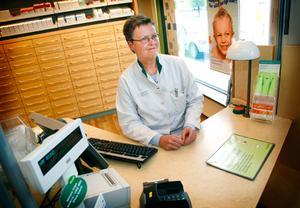 """Susanne Elvsgård har arbetat på Apoteket i Hammarstrand sedan 1970-talet, med undantag för en utflykt till Apoteket i Kälarne. Hon tycker att det är spännande att Apoteket i Hammarstrand ska säljas. """"Men det beror lite på vem köparen blir"""", säger hon."""