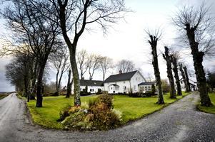 Sörgården är en del av en gammal radby där gårdarna numera står glesare än förr men ännu på rad.