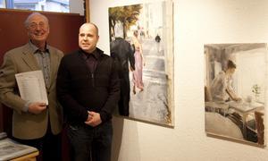 Torsten Lundman, ordförande Hallstahammars konstförening, tillsammans med konstnären Patrik Holmberg.