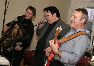Trio som underhöll. Mattias Jansson, Rickard Berggren och Stefan Larsson spelade och sjöng på det stora 60-årskalaset.