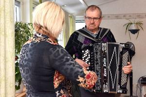 Bertil Skeri besöker ofta äldreboenden med sitt dragspel.