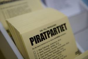 Ett sätt att sänka trösklarna för nya partier vore ifall allapartier, inte bara de som redan är representerade, kunde få sina valsedlarautomatiskt utdelade till vallokalerna, skriver O. Vogel, Piratpartiet Jämtland.