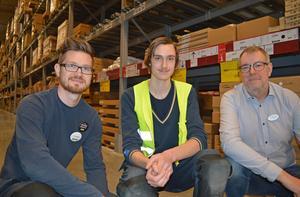 Robin Ors (i mitten) plockar varor och hjälper kunder under sin tid på Ikea. Thomas Gillén (till vänster) är en av Robins handledare och Lars Gyllenstein är en av Robins lärare på Ljungbergsgymnasiet.