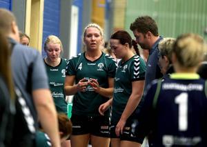 Mathilda Larsson (mitten) och Alfta har en dryg uppgift framför sig när returen i division 1-kvalet spelas på lördag.