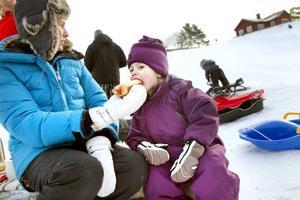 Gott. Det kan vara svårt att äta med handskar på. Treåriga Noomi Hofvenstam får hjälp av mamma Linda att få i sig utflyktskorven.