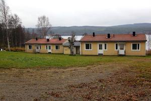 Oklart vad som händer med husen i Holm. Nye ägaren ska nu träffa lokalbefolkningen för att få en uppfattning hur behovet ser ut.