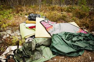 Mattor, madrasser, och stora delar av bärplockarnas läger har lämnats kvar i Grycksbo.