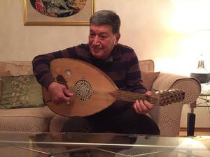 Förutom fiol, spelar Fouad Issa även oud (orientalisk luta), dragspel, gumbush (turkisk banjo) och darbucka.