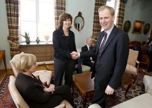 Kommunstyrelsens ordförande Niina Laitila och Per Langer, vd för Fortum Sverige, var båda nöjda när avtalet var undertecknat om kommunens köp av de 49 procent som Fortum ägt i Karlskoga Energi & Miljö AB.